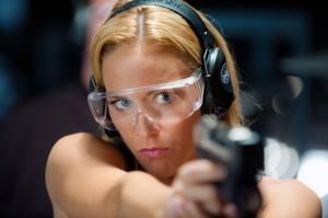 Nina Undercover - Agentin mit Kids Nina (Claudia Hiersche) schiesst mit ihrer Biometrischen Waffe.  (c) RTL / Wolfgang Ennenbach