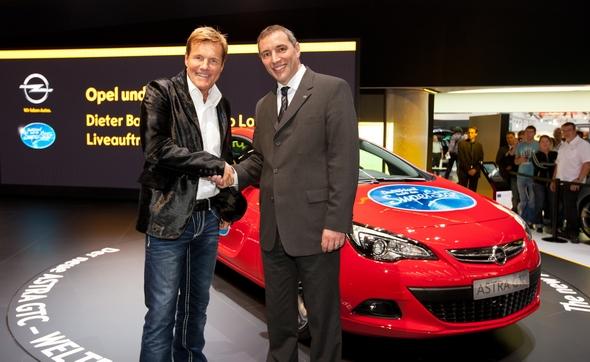 """Deutschland sucht den Superstar 2012 mit dem neuen Opel Astra GTC Dieter Bohlen und Opel-Marketingdirektor Andreas Marx - Opel und der deutsche Privatsender RTL gehen für die neunte Staffel der beliebtesten Casting-Show Deutschlands """"Deutschland sucht den Superstar"""" (DSDS) eine Kooperation ein, die eine umfangreiche Medienpräsenz für den neuen Opel Astra GTC beinhaltet. Diese Vereinbarung wurde heute auf dem Opel-Stand bei der Internationalen Automobilausstellung in Frankfurt von Dieter Bohlen und Opel-Marketingdirektor Andreas Marx bekannt gegeben."""