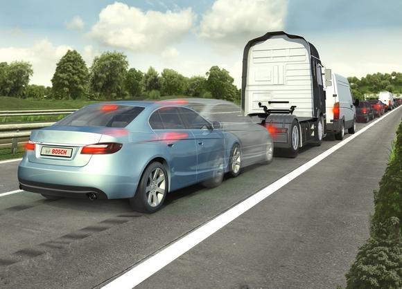 Vorausschauendes Notbremssystem von Bosch Bosch-Auswertungen von Unfalldaten zeigen, dass sich mit vorausschauenden Notbremssystemen nahezu drei von vier Auffahrunfällen mit Personenschaden vermeiden lassen. In kritischen Situationen warnt und unterstützt das System den Fahrer. Lässt sich ein Unfall nicht mehr vermeiden, reduziert eine automatische Vollbremsung die Unfallschwere. © Bosch