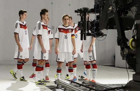 Deutsche Fußball-Nationalspieler beim Dreh der WM-Kampagne 2014 Bereit wie nie © Mercedes-Benz