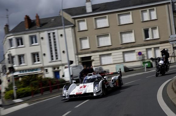 Neuer Audi R18 e-tron quattro auf den Straßen von Le Mans © Audi