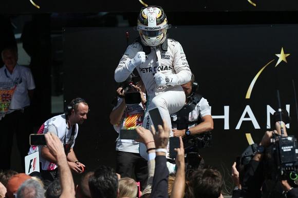 Formel 1 2016 Fahrer-Weltmeisterschaft Lewis Hamilton rückt nach Sieg in Silverstone auf einen Punkt an Nico Rosberg ran Mercedes AMG Petronas British GP © Daimler AG