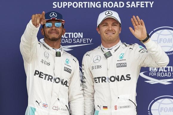 Formel 1 2016 Mercedes AMG Petronas Lewis Hamilton und Nico Rosberg in Silverstone in Startreihe 1 beim British GP F1 © Daimler AG